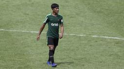 Pemain Timnas Indonesia U-22, Firza Andika, mengamati instruksi saat latihan di Stadion Madya, Jakarta, Kamis (17/1). Latihan ini merupakan persiapan jelang Piala AFF U-22. (Bola.com/Yoppy Renato)