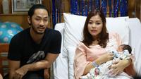 Menurut Uki, perjuangan istrinya begitu hebat untuk melahirkan anak ketiganya ini. Sebab sebelum lahir banyak hal yang membuat Uki sebagai suami menjadi tegang. (Deki Prayoga/Bintang.com)