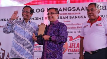 Ketua Gerakan Suluh Kebangsaan Mafud MD (kiri) memberikan plakat penghargaan kepada Bupati Banyuwangi Abdullah Azwar Anas saat penutupan Jelajah Kebangsaan di Stasiun Banyuwangi, Jawa Timur, Jumat (22/2). (Liputan6.com/JohanTallo)