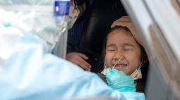 Staf medis mengambil sampel usap (swab) anak kecil yang berada di dalam kendaraan untuk tes COVID-19 di Shah Alam, Negara Bagian Selangor, Malaysia (12/12/2020). Malaysia melaporkan 1.937 kasus baru COVID-19, menambah total kasus di negara tersebut menjadi 82.246. (Xinhua/Chong Voon Chung)