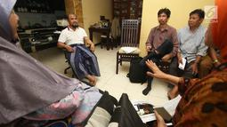 Pemilik PT Assyifa Mandiri Wisata, Ali Zainal Abidin mendengarkan protes sejumlah calon jemaah di rumahnya kawasan Pondok Bambu, Jakarta, Kamis (7/9). Mereka menagih janji karena tidak kunjung berangkat ke Tanah Suci. (Liputan6.com/Immanuel Antonius)