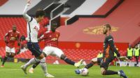 Penyerang Tottenham Hotspur, Son Heung-min, mencetak gol ke gawang Manchester United pada laga Liga Inggris di Stadion Old Trafford, Minggu (4/10/2020). Tottenham menang dengan skor 6-1. (Oli Scarff/Pool via AP)