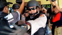 Beberapa orang yang terjaring OTT KPK di Bengkulu dibawa ke Jakarta (Liputan6.com/ Yuliardi Hardjo Putro)
