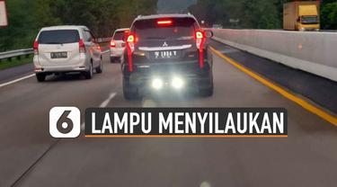 Pengendara mobil merekam sebuah mobil yang menggunakan lampu sorot putih saat melintas di dalam tol. Hal itu membuat silau pengendara mobil yang berada di belakangnya.