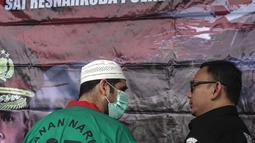 Artis Claudio Martinez memakai masker berbicang dengan Kasat Narkoba Polres Metro Jakbar AKBP Erick Frendriz  saat rilis narkoba di Polres Jakarta Barat, Jumat (9/11). Claudio ditangkap dengan barang bukti 7,96 gram ganja. (Liputan6.com/Faizal Fanani)