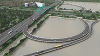Di Soekarno-Hatta, jembatan itu tengah dibangun tepat di depan pintu masuk.