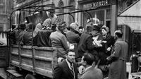 Warga Paris menaiki van yang digunakan sebagai transportasi umum, pada Oktober 1944 di Paris, beberapa bulan setelah Pembebasan Paris, selama Perang Dunia Kedua. (AFP Photo)