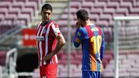 Striker Atletico Madrid, Luis Suarez, berbincang dengan striker Barcelona, Lionel Messi, pada laga Liga Spanyol di Stadion Camp Nou, Sabtu (8/5/2021). Kedua tim bermain imbang 0-0. (APJoan Monfort)