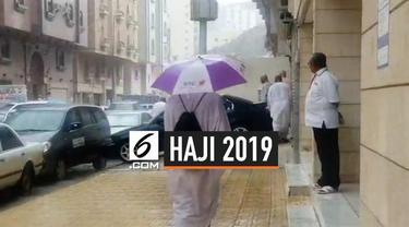 Hujan turun di Makkah, Arab Saudi. Hujan yang turun menyejukkan suasana di saat jemaah sedang melempar jumrah, melakukan awaf dan sai.