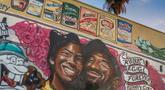 Mural karya seniman Muck Rock dan Mr79lts memperlihatkan Kobe Bryant dan putrinya, Gianna Bryant di Los Angeles, Senin (27/1/2020). Pemain basket legendaris NBA Kobe Bryant bersama putrinya, Gianna yang berusia 13 tahun meninggal dunia dalam kecelakaan helikopter pada Senin (27/1). (Apu GOMES/AFP)