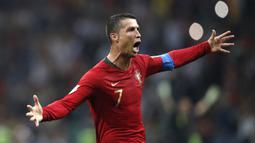 Ronaldo akan menjadi pemain pertama yang pernah tampil di 5 edisi Euro secara beruntun. Saat ini, ia telah tampil sebanyak 4 edisi dari Euro 2004, 2008, 2012, dan 2016. Hampir dipastikan jika pemain 36 tahun tersebut akan memecahkan rekor ini. (Foto: AFP/Adrian Dennis)