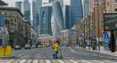 Kurir mengendarai skuter di jalan yang tampak sepi di Moskow, Rusia (7/4/2020). Rusia mencatatkan total 7.497 kasus COVID-19 di 81 dari 85 daerah di negara itu. (Xinhua/Evgeny Sinitsyn)