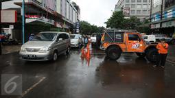 Kendaraan melintas di salah satu ruas Jalan Kemang Raya, Minggu (28/8). Penutupan terkait proses pengeringan lokasi parkir bawah tanah pertokoan akibat banjir yang terjadi sejak Sabtu malam (27/8). (Liputan6.com/Helmi Fithriansyah)