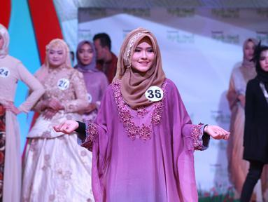 Peserta memeragakan busana pada acara Hijab Hunt 2018 di Jakarta, Minggu (6/5). Kegiatan ini digagas oleh Baitul Muslimin Indonesia (Bamusi). (Liputan6.com/Angga Yuniar)