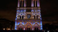 Keindahan Gereja Katedral Notre-Dame de Paris saat dihiasi cahaya, Prancis (11/11). Gereja Katedral Notre-Dame nampak indah dengan dihiasi aneka cahaya. (AFP Photo/Francois Guillot)