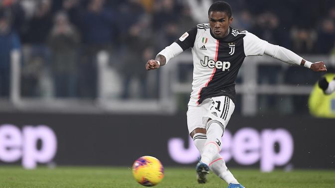 Pemain Juventus Douglas Costa mencetak gol ke gawang Udinese pada pertandingan Coppa Italia 2019/2020 di Allianz Stadium, Turin, Italia, Rabu (15/1/2020). Juventus menang 4-0. (Fabio Ferrari/LaPress via AP)