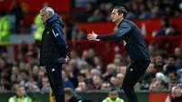Manajer Derby County Frank Lampard (kanan) dan Manajer Manchester United Jose Mourinho (kiri) memberi dukungan kepada timnya saat bertanding di Piala Liga Inggris di Old Trafford, Manchester, Inggris, Selasa (25/9). (Martin Rickett/PA via AP)