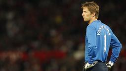 Reaksi dari kiper Manchester United, Edwin van der Sar, dalam salah satu partai pramusim. AFP PHOTO/PAUL ELLIS
