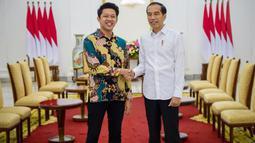Berkat kepeduliannya terhadap budaya nasional, membuat Bayu Skak diundang Presiden Joko Widodo ke Istana Negara. Saat bertemu dengan Jokowi, pria berusia 26 tahun ini dengan kerennya memakai batik dan bersalaman dengan Jokowi. (Liputan6.com/IG/@moektito)