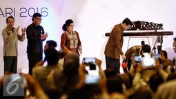 Menkopolhukam Luhut B Panjaitan memukul gong sebagai pembukaan Rakornas di Jakarta, Rabu (24/2). Rakornas ini bertema pengurangan resiko bencana melalui peningkatan kapasitas yang berbasis masyarakat. (Liputan6.com/Faizal Fanani)