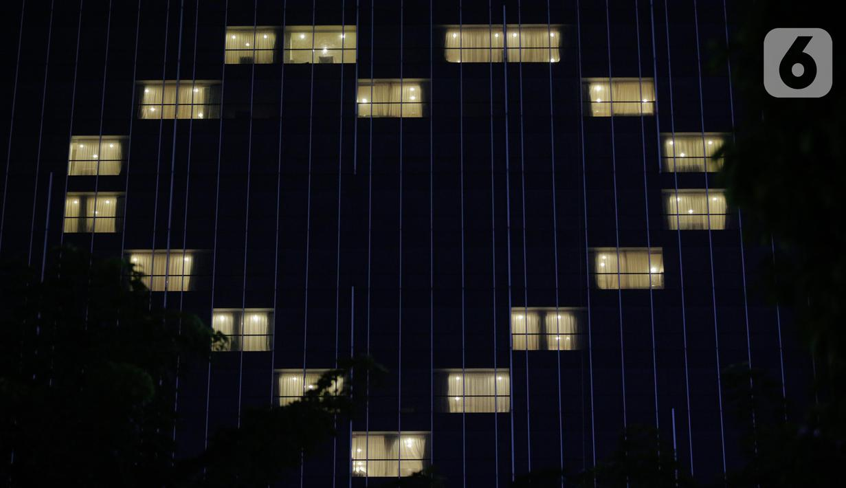Salah satu hotel menyalakan lampu kamar dan membentuk tanda cinta di kawasan Arteri Pondok Indah,  Jakarta, Selasa (14/4/2020). Aksi solidaritas hotel tersebut menjadi simbol empati, semangat kebersamaan dalam menghadapi pandemi COVID-19. (Liputan6.com/Faizal Fanani)