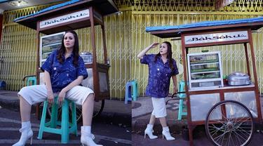 6 Gaya Momo Geisha saat Beli Bakso di Pasar Baru Malang, Curi Perhatian