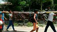 Setelah menempuh jarak kurang lebih 36 kilometer warga berhasil membawa jenazah ke kampung halaman. Foto: (Fauzan/Liputan6.com)