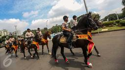 Anggota polisi berkuda melakukan pengamanan aksi Unjuk Rasa Bela Rakyat 121 BEM SI di depan Istana Merdeka, Jakarta, Kamis (12/1).  Aksi tidak hanya digelar di Jakarta, tetapi serentak di 18 kota lainnya di Indonesia. (Liputan6.com/Faizal Fanani)