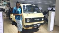 SPG berpose bersama Suzuki Carry pikap lawas. (Arief / Liputan6.com)