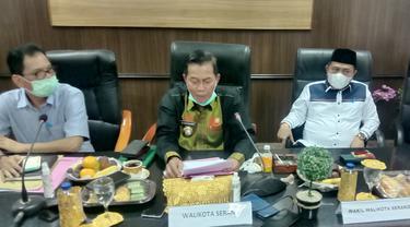 Walikota Serang (Kemeja Hitam) Larang Warga Shalat Idul Adha. (Jumat, 16/07/2021). (Yandhi Deslatama/Liputan6.com).