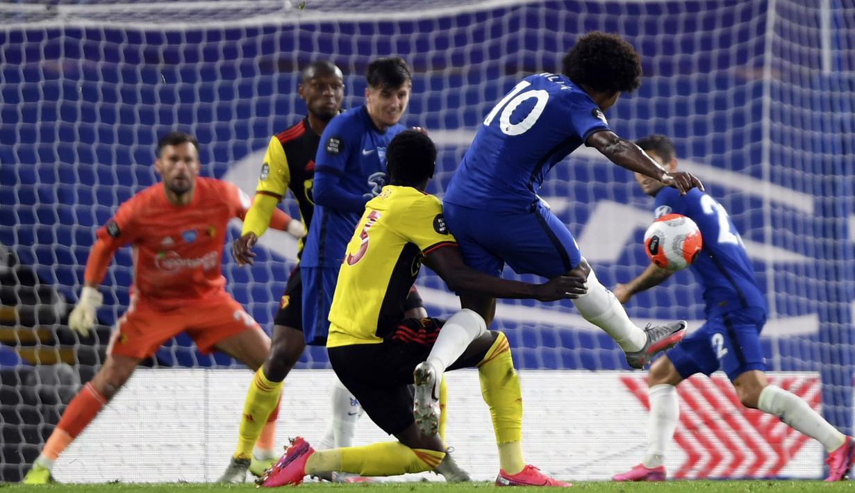 Pemain Chelsea Willian menendang bola ke arah gawang Watford pada pertandingan Premier League di Stadion Stamford Bridge, London, Inggris, Sabtu (4/7/2020). Chelsea menang 3-0 dan kembali menggeser Manchester United dari posisi empat klasemen. (Mike Hewitt/Pool via AP)