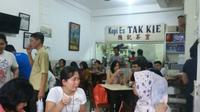 Suasana di kedai kopi legendaris kawasan Glodok, Jakarta Barat. (Liputan6.com/Lizsa Egeham)