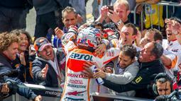 Usai memenangi balapan di Sirkuit Brno, Ceko, (17/8/2014), Dani Pedrosa, langsung disambut kru tim Repsol Honda. (AFP PHOTO/Joe Klamar)