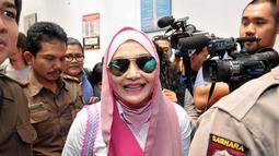 Mengenakan jilbab pink, Eddies Adelia terlihat menebar senyum saat tiba di Pengadilan Negeri Jakarta Selatan, Rabu (12/11/2014). (Liputan6.com/Panji Diksana)