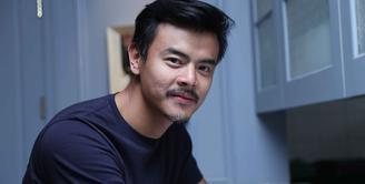 Ada yang berbeda dari penampilan Dion Wiyoko saat hadir di kawasan SCBD, Jakarta Selatan belum lama ini. Ia terlihat dengan kumis dan jenggot. Lantas apa yang membuat Dion tampil berbeda kali ini.  (Nurwahyunan/Bintang.com)