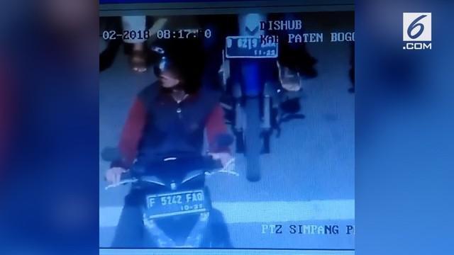 Pengendara motor tertangkap kamera CCTV melakukan pelanggaran lalu lintas.