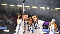 Kapten Real Madrid, Sergio Ramos, bersama Modric dan Bale foto bersama setelah memenangkan final Liga Champions dengan mengalahkan Juventus 4-1 di Stadion Millennium, Cardiff, (03/06/2017). (EPA/Peter Powell)