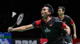 Pasangan Indonesia, Hendra Setiawan/Mohammad Ahsan saat melawan wakil Jepang, Takuro Hoki/Yugo Kobayashi, pada Kejuaraan Dunia Bulutangkis 2019 di Swiss, Minggu (25/8). Indonesia menang 25-23, 9-21, 21-15. (AFP/Fabrice Coffrini)