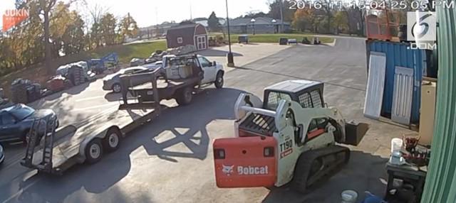 Seorang wanita tidak sengaja menjatuhkan saudari lainnya karena pintu belakang buldoser yang belum tertutup.