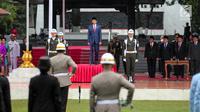Presiden Joko Widodo menjadi inspektur upacara dalam upacara Hari Kesaktian Pancasila, di Halaman Monumen Pancasila Sakti, Kompleks Lubang Buaya, Jakarta, Minggu (1/10). (Liputan6.com/Faizal Fanani)