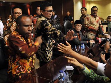 Sejumlah anggota DPD yang kecewa dengan sikap Irman Gusman maju menduduki kursi pimpinan sidang, Jakarta, Kamis (17/3/2016). Mereka sepakat akan menyatakan Mosi Tidak Percaya kepada Ketua DPD, Irman Gusman. (Liputan6.com/Johan Tallo)