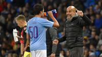 Pelatih Manchester City, Pep Guardiola, memberi arahan kepada Eric Garcia saat melawan Southampton pada laga Piala Liga Inggris di Stadion Etihad, Selasa (29/10). Manchester City menang 3-1 atas Southampton. (AP/Rui Vieira)