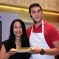 Arda Naff dan Tantri Kotak saat hadir dalam acara memasak bersama selebritis. Acara berlangsung Ballroom UOB, Thamrin, Jakarta, Kamis (8/12/2016). (Deki Prayoga/Bintang.com)