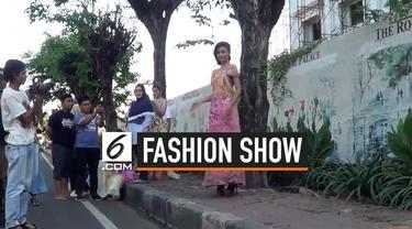 Pagelaran busana atau fashion show merupakan ajang unjuk gigi para desainer terkenal untuk menampilkan karya terbaiknya di dunia fashion. Seorang pemilik salon di Sidoarjo menggelar fashion show di trotoar pinggir jalan raya untuk melatih para model ...