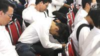 Peserta menunggu tes Seleksi Kompetensi Dasar (SKD) calon pegawai negeri sipil (CPNS) di Gedung Wali Kota Jakarta Selatan, Jumat (26/10). Molornya tes SKD CPNS akibat jaringan internet di lokasi pelaksanaan bermasalah. (Liputan6.com/Immanuel Antonius)