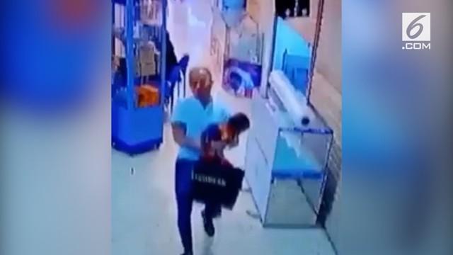 Kasus penculikan anak berumur empat tahun yang terjadi di pusat perbelanjaan ITC Kuningan pada 18 Desember 2017 menjadi viral di media sosial.