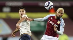 Pemain Manchester City, Rodrigo, duel udara dengan pemain Aston Villa, Douglas Luiz, pada laga Liga Inggris di Stadion Villa Park, Rabu (21/4/2021). City menang dengan skor 2-1. (Carl Recine/Pool via AP)