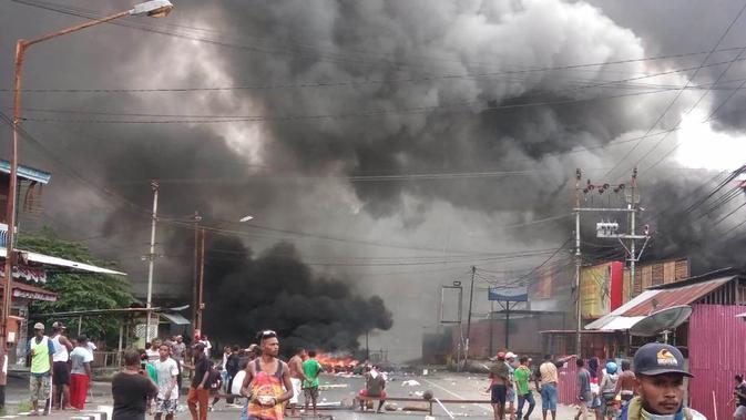 Massa turun ke jalan dalam unjuk rasa yang berujung kerusuhan di kota Manokwari, Papua, Senin (19/8/2019). Aksi masyarakat Papua ini merupakan buntut dari kemarahan mereka atas peristiwa yang dialami mahasiswa asal Papua di Surabaya dan Malang, serta Semarang beberapa hari lalu. (STR / AFP)