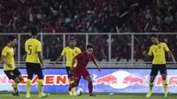 Gelandang Timnas Indonesia, Andik Vermansah, mengontrol bola saat melawan Malaysia pada laga Kualifikasi Piala Dunia 2022 di SUGBK, Jakarta, Kamis (5/9). Indonesia kalah 2-3 dari Malaysia. (Bola.com/Vitalis Yogi Trisna)