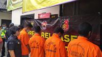 Lima pelaku pengeroyokan vokalis band di Bekasi ditahan di Polsek Pondok Gede. (Liputan6.com/Bam Sinulingga)